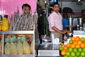 Свежевыжатый сок в этом магазине около Хава Махал может быть сделан из ананасов, папайи, апельсинов, бананов, гранат и даже чёрной моркови