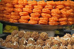 Серо-коричневые Ладду и красно-оранжевые Джалеби