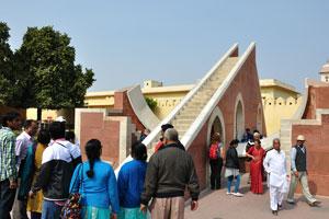 Лагху Самрат Янтра переполнена индийскими и иностранными туристами