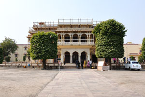 Одно из зданий Городского дворцового комплекса возле Джантар Мантар: Мубарак Махал (Дворец гостеприимства)