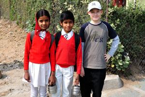 Мой сын с индийским детьми возле Джантар Мантар