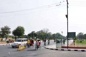 Джавахарлал Неру Марг между Ми.Ай. Роуд и музеем Альберт-холл