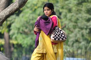 Молодая индийская женщина с ребёнком