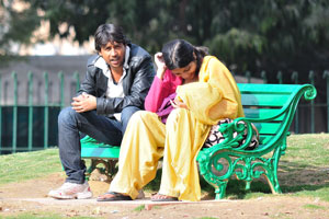Молодая индийская пара с ребёнком