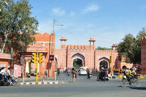 Вид на ворота Кишанпол с дороги Мирза Исмаил