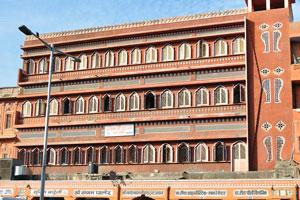 Красивое здание на базаре Чандпол (торговых места с номерами от 121 до 127)