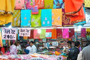 Распродажа сари на базаре Чандпол (цены начинаются от 160 рупий)