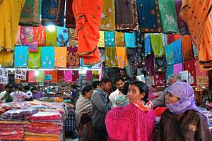 Сари по низким ценам на базаре Чандпол