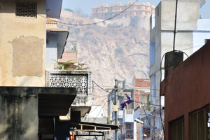 Вид на форт Нахаргар из блока Чоукри Пурани Басти