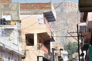 Вид на форт Нахаргар и узкая улица блока Чоукри Пурани Басти