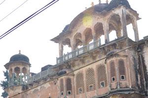 Одно из многих старых зданий блока Чоукри Пурани Басти