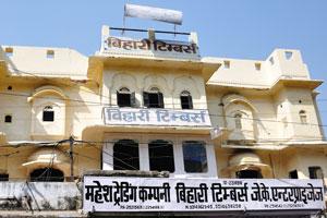 Чоукри Пурани Басти блок: здание бледно-жёлтого цвета с маленькими окнами