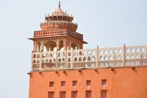 Сторожевая башня находится на верхней части заднего здания позади Хава Махал