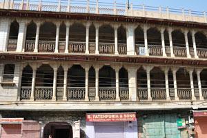 Чоукри Пурани Басти блок: Би. Фатехпуриа и Сыновья. 340, Дорога Нахаргар, Джайпур. Тел.: 0141-2319069, 2318165
