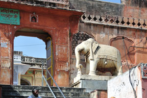 Лестница в храм украшена слонами