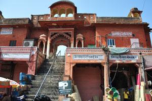 Здания архитектуры Раджпут (базар Сирех Деори) построены везде в Джайпуре