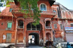Базар Сирех Деори: дом кирпичного цвета с огромным балконом