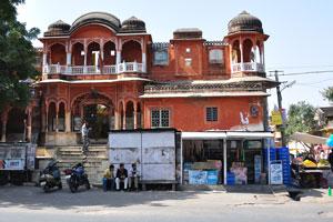 Базар Сирех Деори: стена кирпичного цвета и белого цвета балконы