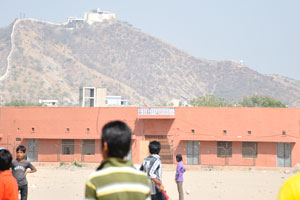 Песчаное поле на южной стороне стадиона Чауган