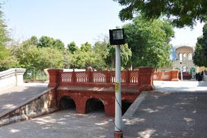 Сад Джай Нивас: пешеходный мостик