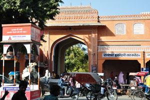 Эта входная арка на базаре Триполиа ведёт в самую драгоценную часть Розового города