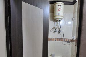 Наша душевая и туалетная комната в отеле Кей.Кей. Дворец. Имеется бойлер с горячей водой внутри