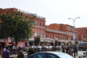 Чаура Раста это широкая улица, которая берёт своё начало напротив ворот Триполиа