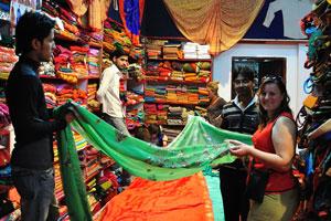 Сотрудники магазина помогают нам выбрать швейную продукцию