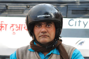 Лица Джайпура: мотоциклист в шлеме