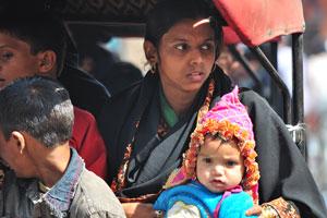 Лица Джайпура: мать и её ребёнок находятся внутри велорикши