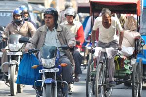 Лица Джайпура: мотоциклист с мешком