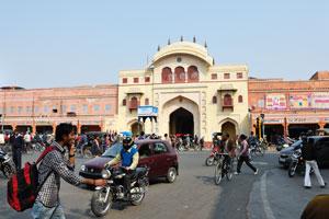 Перекрёсток у ворот Триполиа переполнен транспортными средствами и людьми