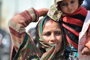 Лица Джайпура: мать и её ребёнок оделись в одежду красных тонов