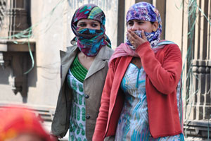 Лица Джайпура: две девушки, одетые в никаб держат друг друга за руки