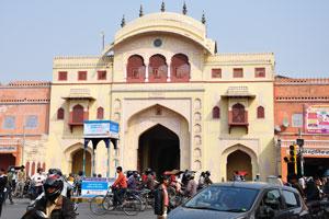 Ворота Триполиа построены с использованием стилей архитектуры моголов и раджастхани