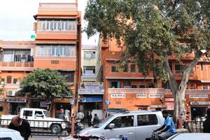 Улица Чаура Раста: кредитный кооператив Аширвад; бутик Наследие; Национальный банк Пунджаб