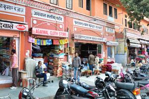 Улица Чаура Раста: торговое место № 124 это магазин ткани Агарвал