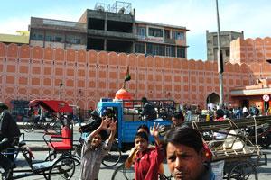 Это дорожное движение направлено к воротам Чандпол