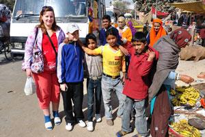 Моя жена, мой сын и индийские мальчики возле ворот Чандпол