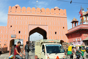 Вид на ворота Чандпол от базара Чандпол