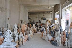 Казане Валон ка Раста: статуи синего, белого и абрикосового цветов