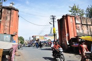 Сингх Двар: входные ворота на улицу Казане Валон ка Раста с дороги Базар Индиры
