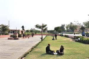 Индусы любят сидеть на траве набережной Джал Махала