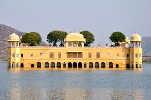 Это удивительное здание на самом деле знаменитый Водный дворец Джал Махал