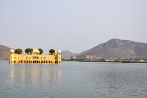 Водный дворец Джал Махал посреди озера Ман Сагар