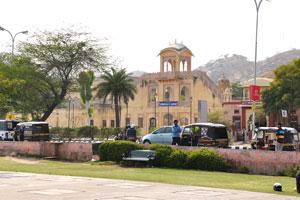 Исторические здания украшают набережную Джал Махал