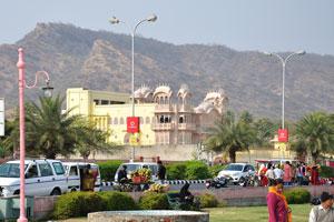 Один из дворцов выполнен в стиле архитектуры Джайпур