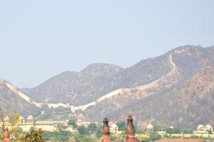 Холмы Аравалли и древняя стена находятся на севере от Водного дворца