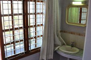 Дополнительный умывальник возле балкона в двухместном номере отеля «Шивамуруган»