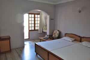 Кровати в двухместном номере отеля «Шивамуруган»